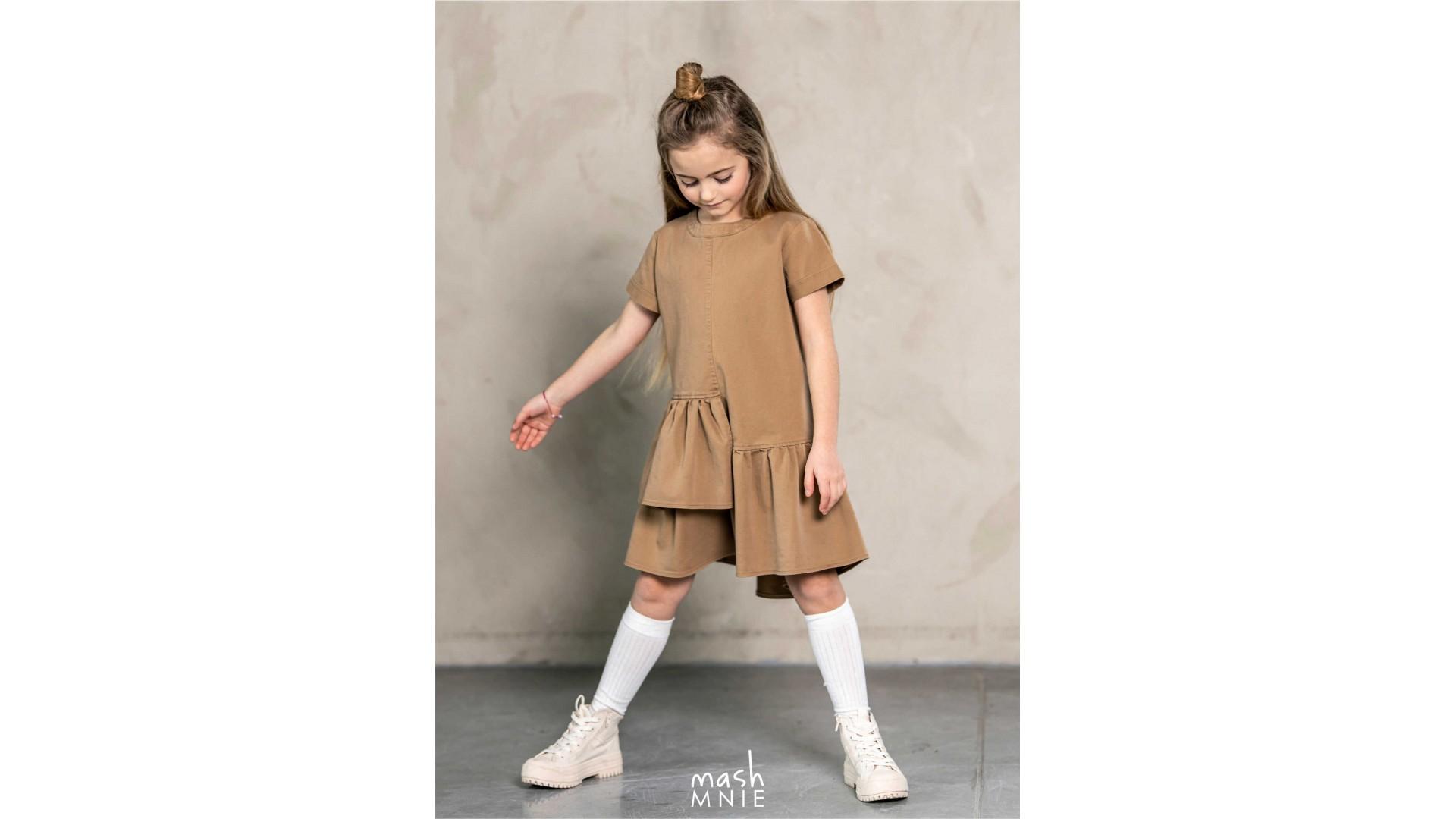 sukienka-z-asymetryczna-falbanka-bezowa